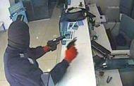بالصور هذا ماحدث للبنك الأهلي في عدن .. وأصابع إتهام إخوانية للحزام الأمني والإمارات