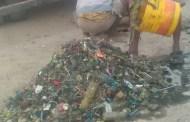 تكدس مخلفات القمامة يتسبب في طفح المجاري بشوارع المنصورة في عدن