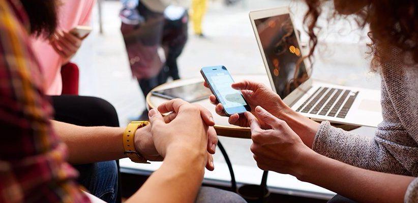 إفراط الشباب في استخدام الإنترنت خطر على صحتهم