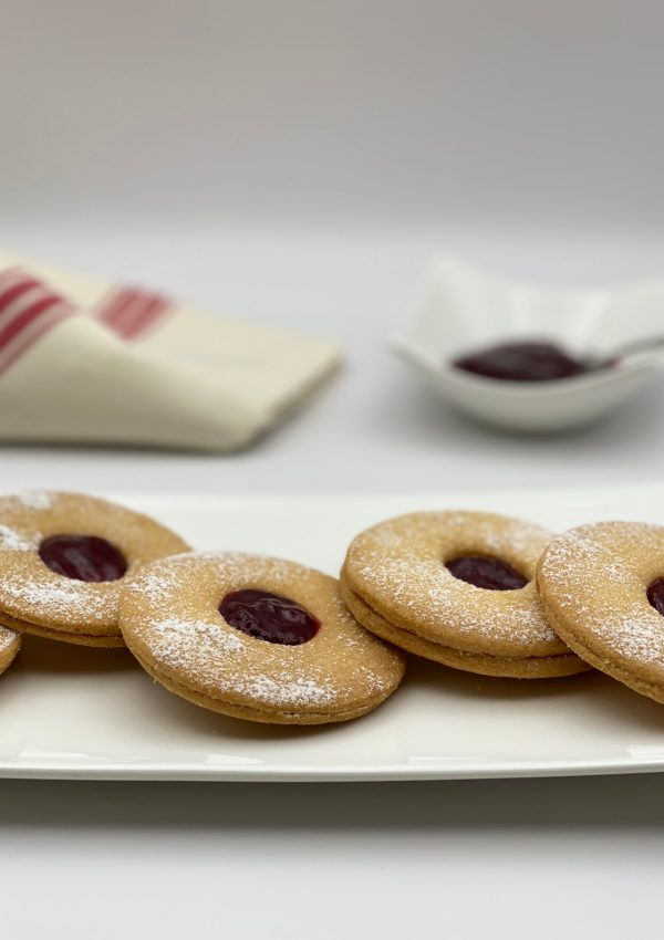 How to make the delicious French crispy shortbread cookies with raspberry jam