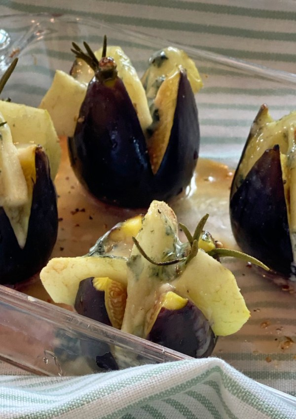 A seasonal and easy starter, ready in 20 minutes: Roasted figs with Roquefort, pear and honey