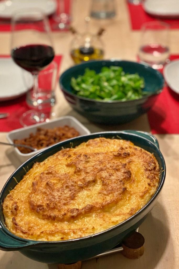Andeparmentier er en fyldig fransk rett som kombinerer konfitert and, sjalottløk og urter toppet med potetmos. Perfekt for kalde høst og vinter-dager!