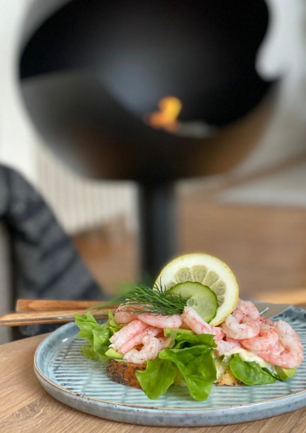 Le fameux sandwich aux crevettes scandinave accompagné de sa mayonnaise maison