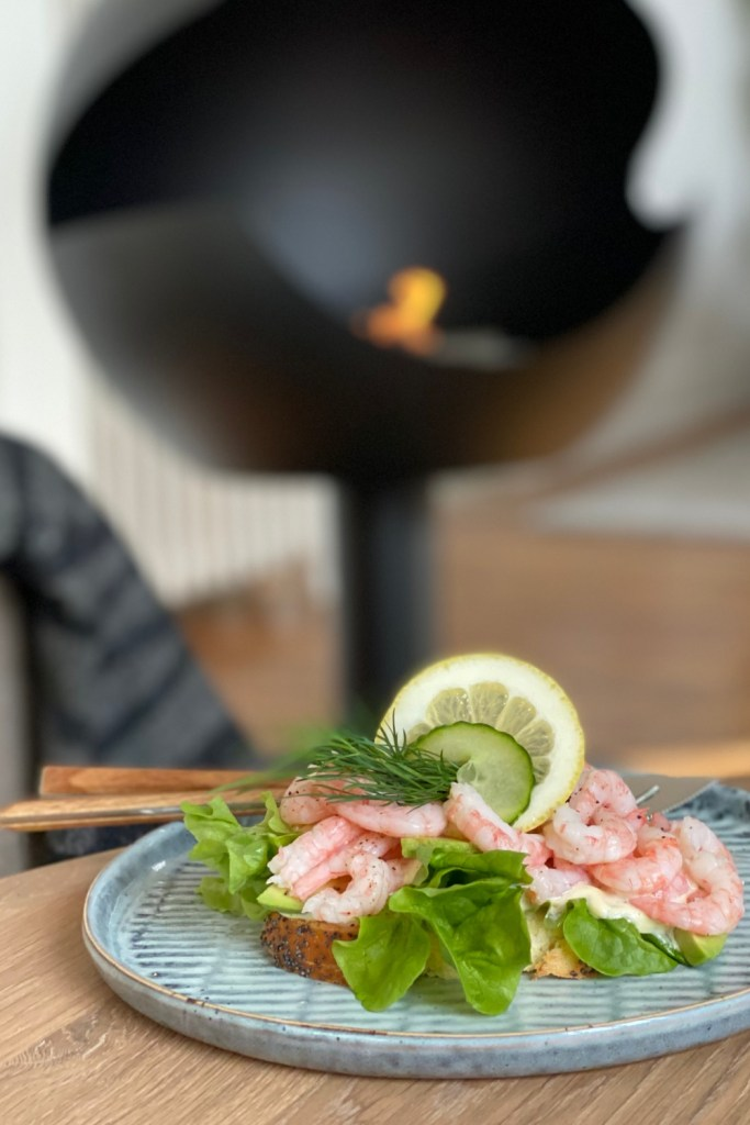 Place baskets of sliced white bread, salade, mayonnaise, fresh dill, avocado, lemon, and several big bowls with Nordic shrimps on the table and you are ready for a scandinavian shrimp sandwich party!