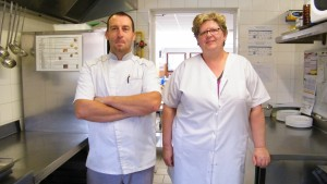 Photographie des deux responsables de la restauration scolaire