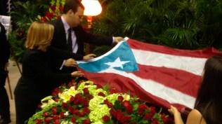 Representantes del municipio colocaron la bandera de Puerto Rico sobre el féretro del fundador de La Selecta. (Foto: Twitter/wapatv)