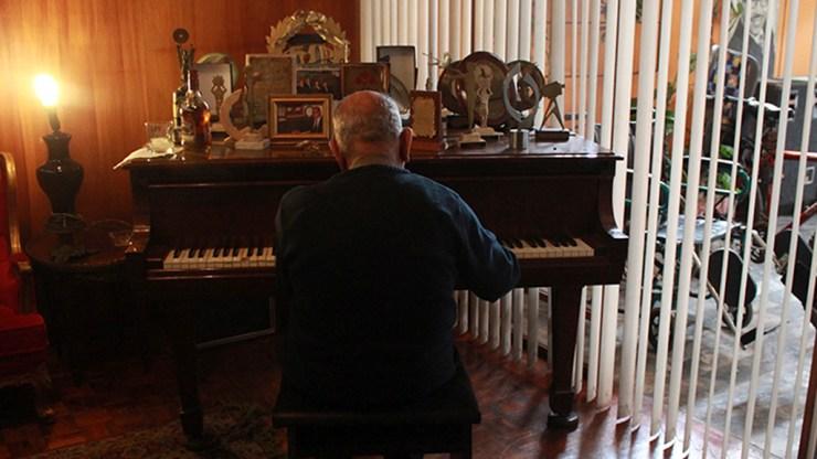 Lucho Macedo al pie del piano con el que compuso Margot, y otros tantos clásicos de la música tropical. (Foto: Salserísimo Perú)
