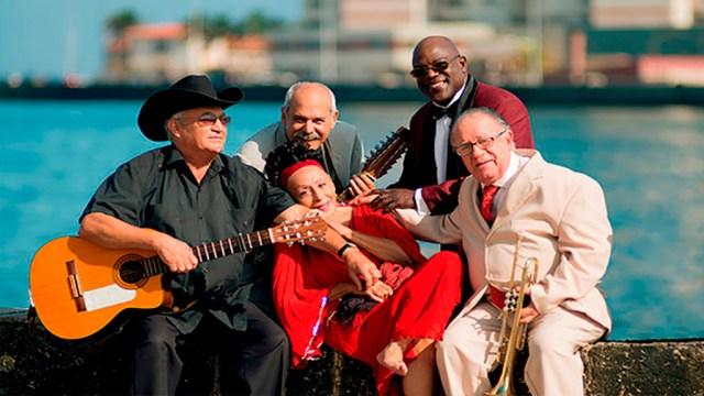 Eliades Ochoa (izquierda) junto a sus compañeros de Buena Vista Social Club. (Foto: Radio Habana Cuba)
