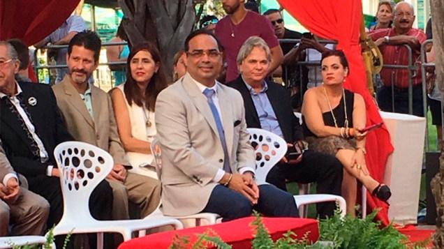 Gilberto Santa Rosa esperando que lo llamen para develar su estrella en el Paseo de la Fama. (Foto: Josenid Orozco - El Vocero de Puerto Rico)