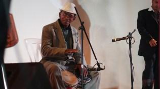 Eugenio Rodríguez 'El Raspa', cantante principal del Septeto Nacional Ignacio Piñeiro, demostrando su talento con la campana y el bongó. (Foto: Salserísimo Perú)
