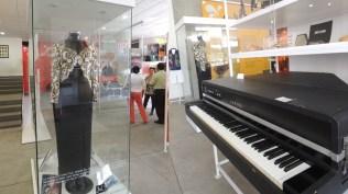 Tanto el vestido y la peluca de Celia Cruz, como el piano Yamaha de Varela son protagonistas en el museo. (Foto: Salserísimo Perú)