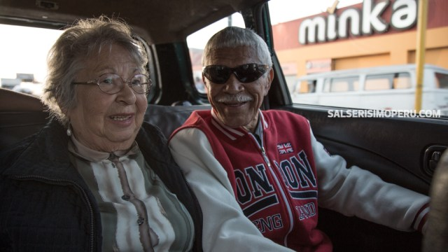 Meñique junto a su esposa doña Esperanza Rodríguez, en un paseo inusual por la avenida Argentina, en el Callao. (Foto: Antonio Alvarez F./Salserísimo Perú)