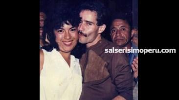 En 1986, Frankie Ruiz batió record en ventas e incluso se le entregó un disco de oro. Aquí junto a una fanática en los pasillos del hotel Bolívar. (Foto: Cortesía Víctor Martín Villacís)