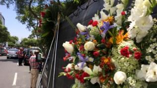 Muchos arreglos florales decoraron el salón donde realizó el velorio. (Foto: Antonio Alvarez F. / Salserisimo Perú)