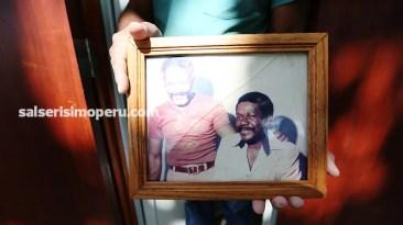 Entre sus objetos más preciados conserva esta fotografía original de Ismael junto a Rafael Cortijo. (Foto: Antonio Alvarez F./Salserísimo Perú)