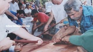 Amigos y seguidores dan cristiana sepultura a los restos de Héctor Lavoe. (Foto: Cortesía Priscila Vega)