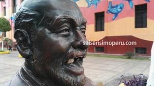 En esta imagen se aprecia como la luz pasa de la boca de la escultura hasta el cuello. (Foto: Daniel Alvarez F. / Salserísimo Perú)