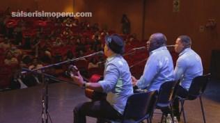 Yuri Toro estuvo a cargo del toque de guitarra para la interpretación de 'Me sabe a Perú'. (Foto: Fernando Olivera / Salserísimo Perú)