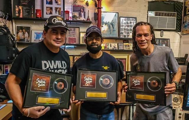 Viti Ruiz (izquierda) junto a Charlie López y Efraín Rodríguez, encargados de los arreglos y la dirección musical de 'Salsa buena'. (Foto: Cortesía Facebook/Charlie López)