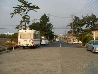 サルシカ号は海岸そばの公衆トイレの前に停めた