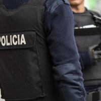 ESTABA REQUERIDO, LA POLICIA LO PARÒ Y SE TRAGÒ LA DROGA