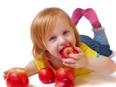 niña comiendo sano