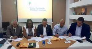 Firma del acuerdo entre la Sociedad de Ortopedia y Adimars