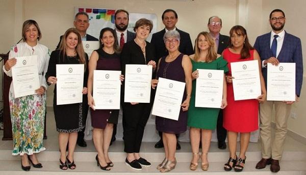 Ejecutivos Unión Médica reciben títulos de maestría con aval universidad española