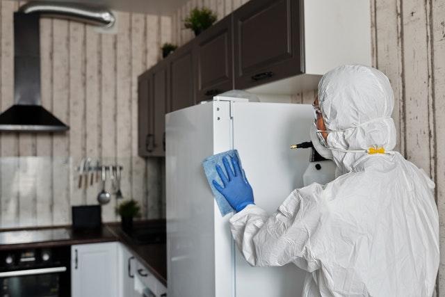 El riesgo de infección por Covid-19 es más bajo en personal de UCI y más alto en el de limpiadores, según estudio