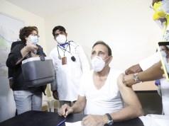 Cruz Jiminián recibe vacuna contra el COVID-19