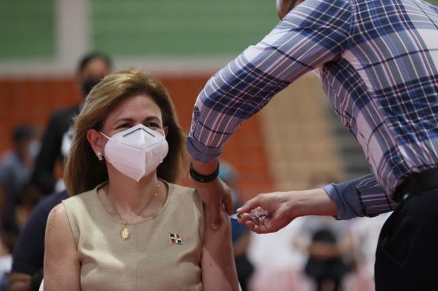 Vicepresidenta Raquel Peña recibe primera dosis vacuna Covid