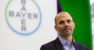Bayer nombra a Juan Farinati nuevo CEO para el Cono Sur Sucederá a cederá a Christophe Dumont, quien continuará radicado en Argentina hasta fin de año. La empresa Bayer anunció que Juan Farinati, actual COO (Chief Operating Officer) para la división Agro, asumirá el cargo de CEO (Chief Executive Officer) para el Grupo Bayer en Cono Sur a partir del 1 de noviembre y Director de la División Crop Science a partir del 1 de septiembre 2021. Con este nombramiento, sucederá a Christophe Dumont, quien ahora ocupa ambos cargos y que continuará radicado en Argentina hasta fin de año facilitando la transición luego de una exitosa trayectoria y performance en la gestión del grupo Bayer en la región Cono sur. Farinati ha trabajado para Bayer desde 1999, agregando un valor significativo al negocio de Crop Science a través de experiencias internacionales y en el país liderando trasformaciones de negocio con fuerte foco en el cliente, la innovación y sustentabilidad. Su sólida experiencia comercial y multicultural, así como su estilo de liderazgo, le han permitido desarrollar personas y equipos de alto rendimiento que han potenciado los resultados y liderazgo de la compañía. Como parte de su experiencia internacional, trabajó en roles como el de Líder Regional Asia Pacífico y Director de Marketing de Sudamérica División Semillas Vegetales. Como CEO, Farinati representará tres divisiones relevantes para la región Cono sur (Pharma, Consumo y Agro) profundizando el camino de la compañía hacia su Visión de Grupo 'Salud para todos, Hambre para nadie'.