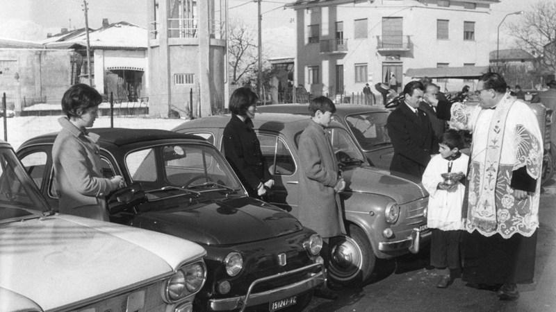 Benedizione delle auto domenica per la festa di sant'Antonio