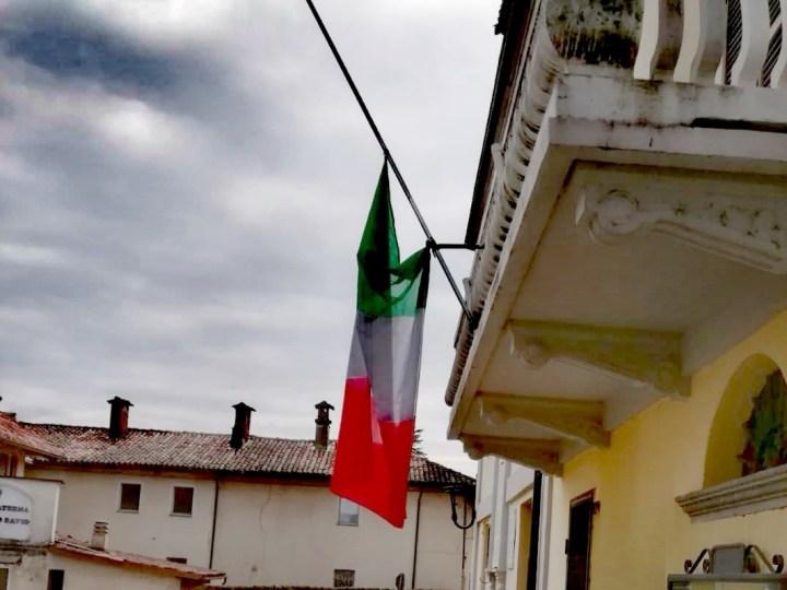 Bandiera a mezz'asta sul Municipio di Salussola