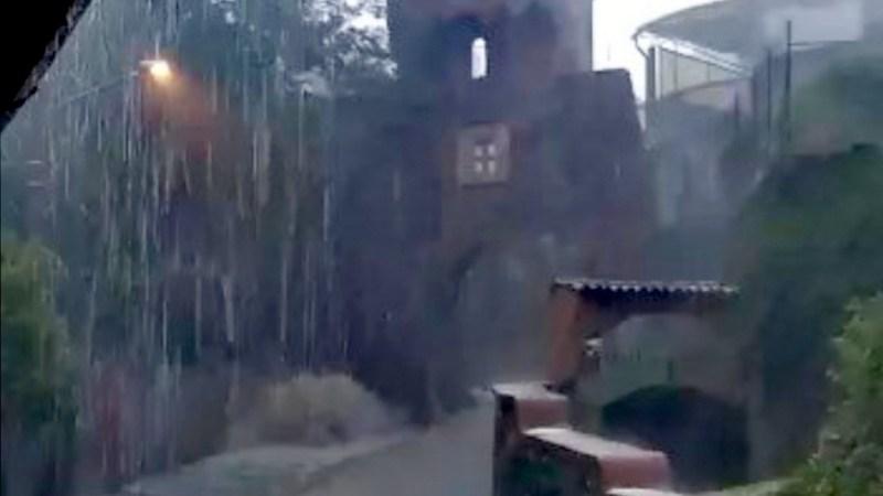 Il muro d'acqua sceso da Via Roma ha sfondato il muro di un garage