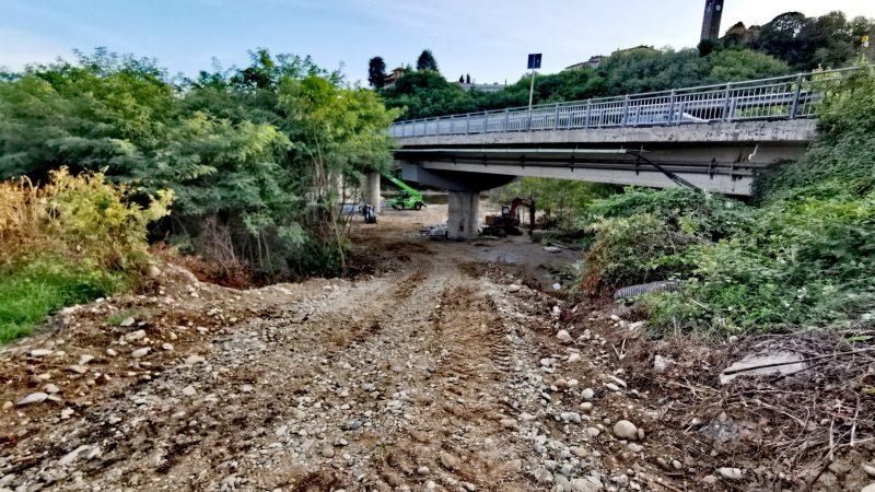 Dopo il consenso della Provincia ad entrare nell'Elvo sono ripresi i lavori al ponte