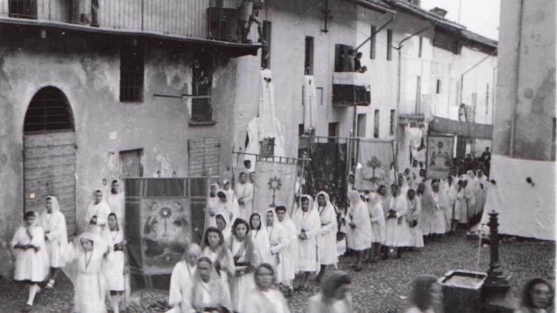 Vecchia Salussola: Veduta del Piano di Salussola durante una processione degli anni del 1940