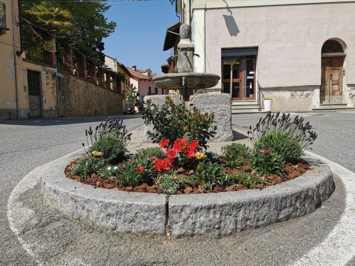 Alcuni abitanti della piazza hanno abbellito l'aiuola della fontana
