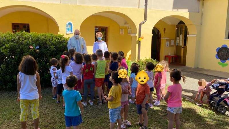Nicchia restaurata e posa della statua di Maria Ausiliatrice alla scuola materna