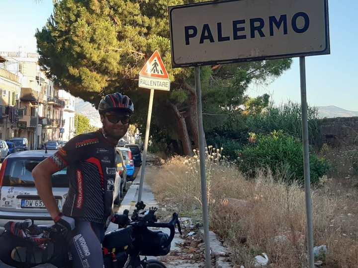 Dopo l'impresa di Sandro Guerrini che è rotolato verso il sud d'Italia, ieri la Arro Bike ha presentato la nuova divisa sociale