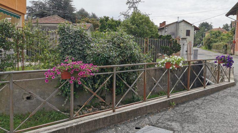Un angolo fiorito sul rio Biecchio in Via Stazione. FOTO