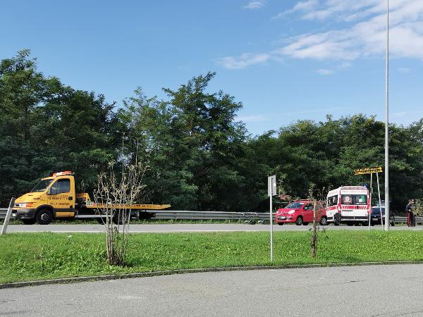 Piccolo incidente tra due auto sulla S.P.143 di fronte al Centro san Rocco