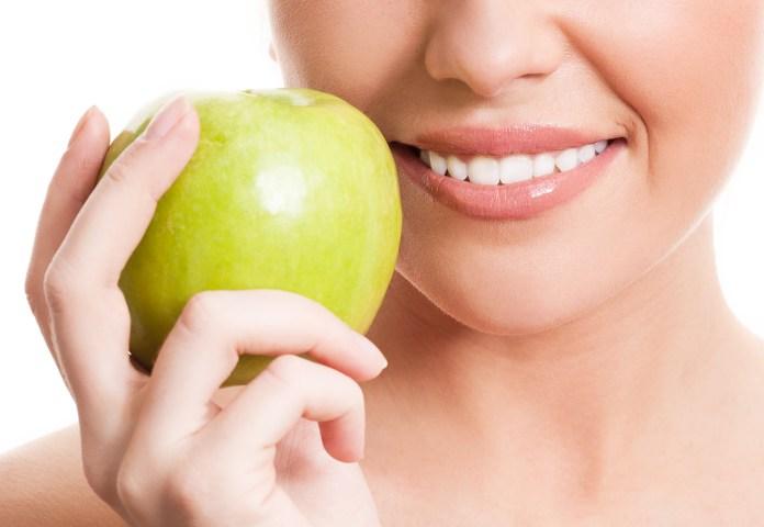 alimenti che sbiancano i denti