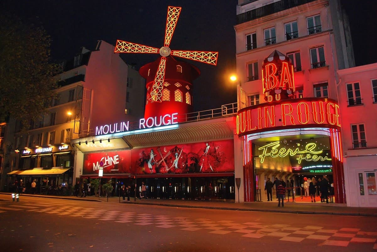 Cabaret Montmartre: the famous Moulin Rouge! It can't be missing on any Montmartre tour