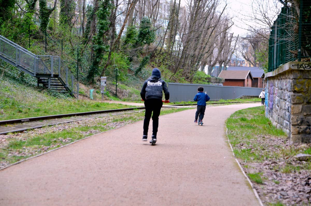 Not all parts of the Petite Ceinture are great for rollers like this section but the kids definitely have some fun
