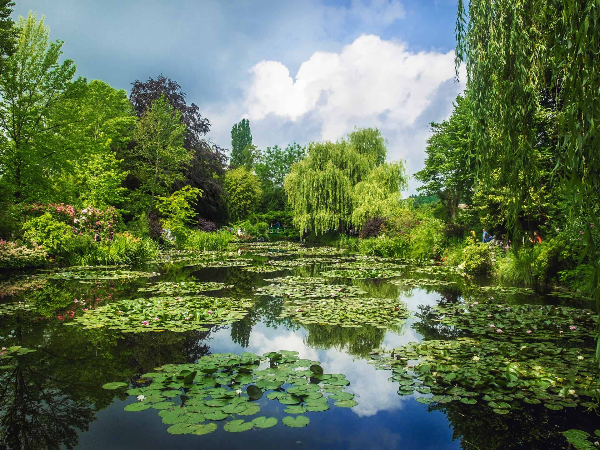 What to do in Paris in 4 days? There is so much choice when it comes to sightseeing in Paris, but a 4 day trip to Paris isn't complete without discovering Paris surrounding. For example to the Garden of Monet in Giverny.