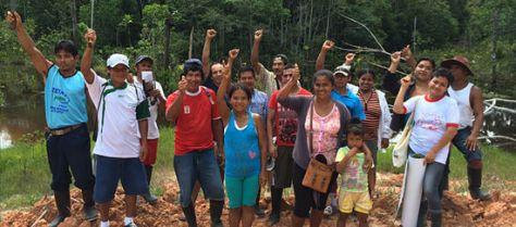 Grupo de comuneros y comuneras de la Amazonía peruana