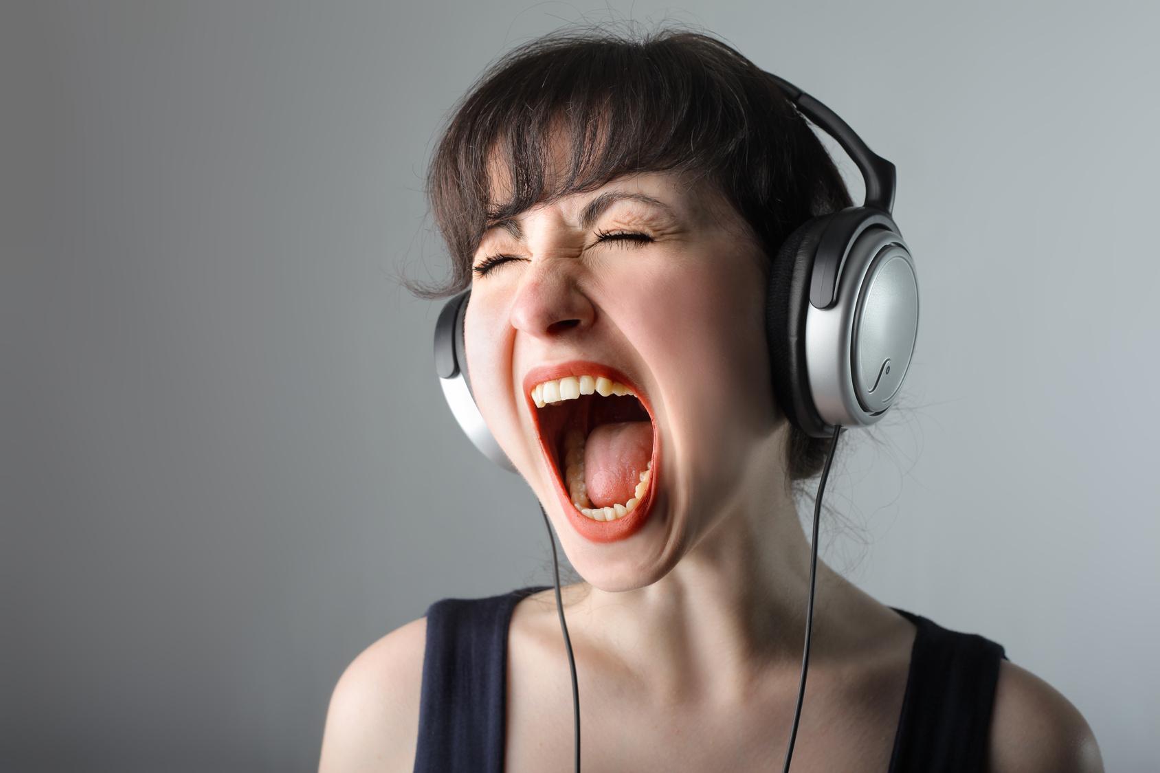 Musica alta a tarda notte: illecito penale o amministrativo?