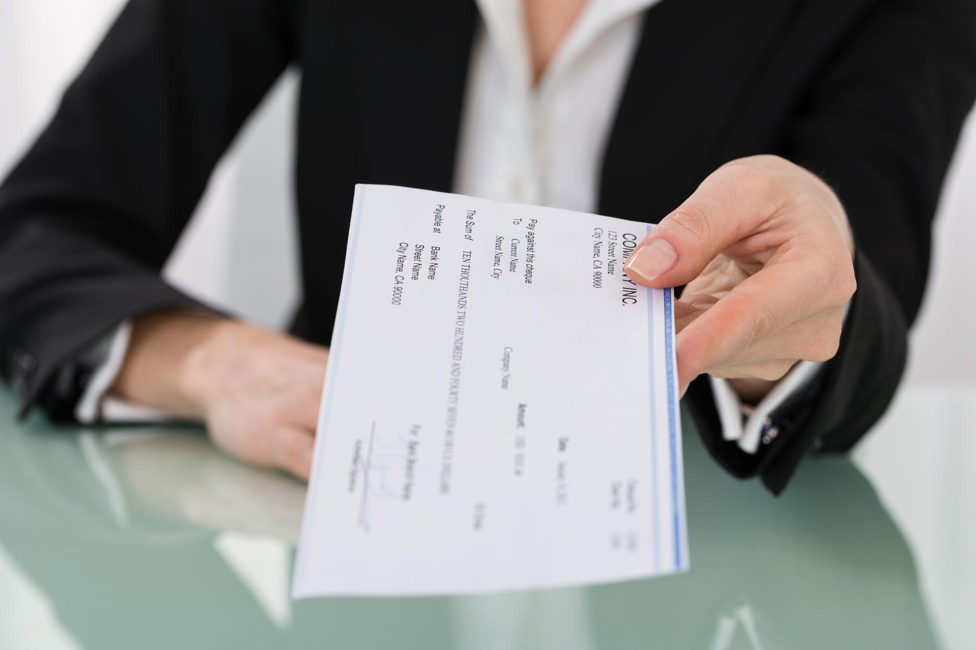 È responsabile la banca che paga un assegno ad un falso prenditore? Il punto delle Sezioni Unite