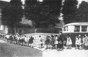 Badekinder vor dem Solebad 1925